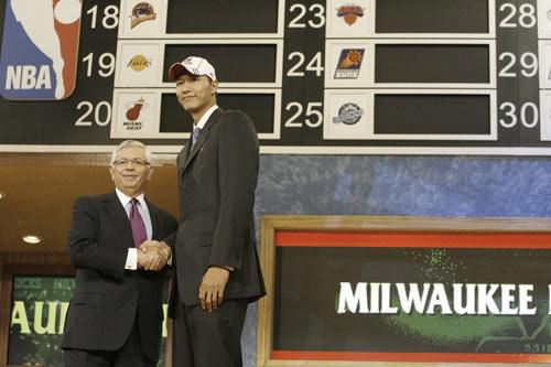 CCTV.com-NBA2007年选秀 第六顺位易建联与
