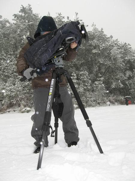 李庆在大雪中拍摄