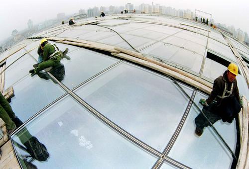 北京南站屋顶太阳能发电系统安装进尾声(组图