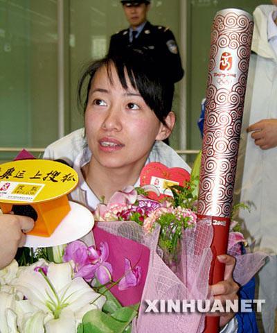 4月9日,中国残疾人奥运火炬手金晶在北京首都国际机场接受采访。