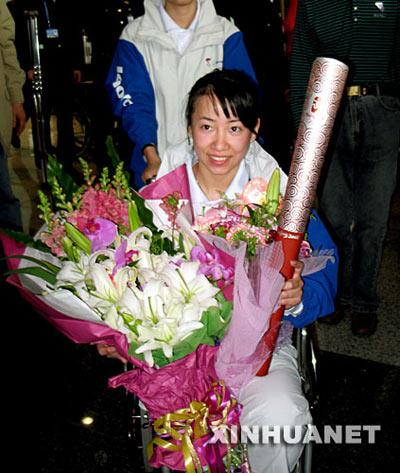 4月9日,中国残疾人奥运火炬手金晶在北京首都国际机场受到热烈欢迎。