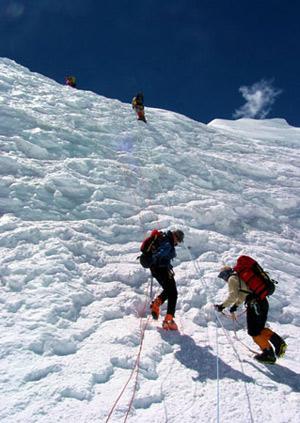 体育资讯_[资料]解密珠穆朗玛峰攀登线路和营地设置(图)_cctv.com提供