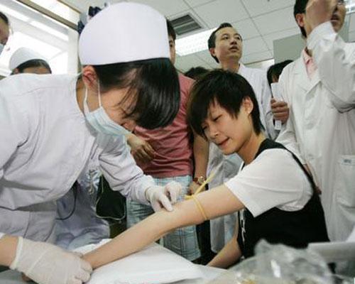 李宇春 北京/2008年5月13日,北京,奥运火炬手李宇春在北京红十字血液中心...