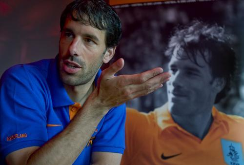 荷兰前锋范尼出席某访谈 分享国家队经历