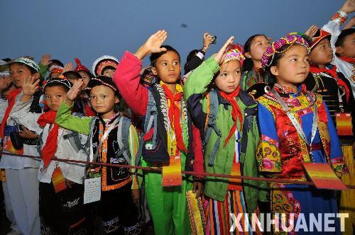 56个民族小使者在天安门广场观看升旗仪式_c