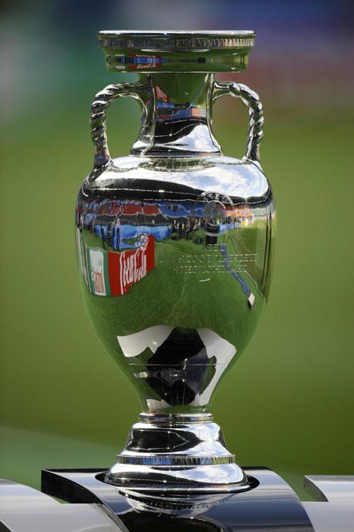 2008年欧洲足球锦标赛奖杯德劳内杯正式亮相