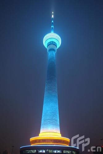 北京中央广播电视塔亮灯 展示奥运会景观形象