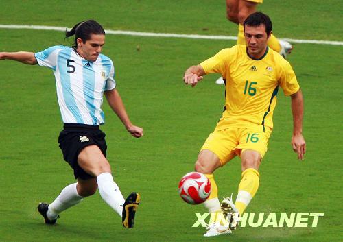 8月10日,阿根廷球员加戈(左)与澳大利亚球员塞利斯基在比赛中拼抢.