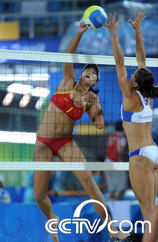 排球女子预赛d组比赛中,中国选手薛晨/张希以2比1战胜希腊选高清图片