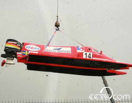F1摩托艇吊装过程中
