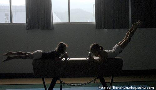 揭秘儿童体操训练 小手布满老茧让人心疼(组图)