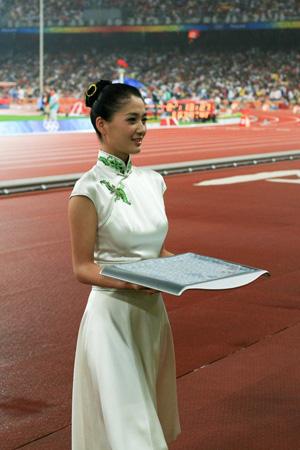 最美奥运小姐为灾区筹善款 可乐瓶拍天价被质疑 图