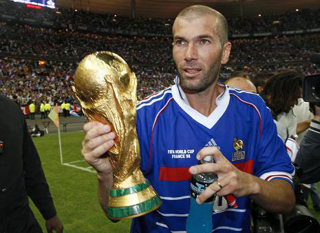 内与队友合作,使法国队获得欧洲足球锦标赛冠
