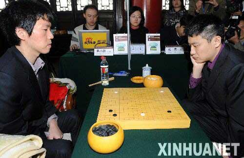 李昌镐 孔杰/12月11日,中国选手孔杰(右)与韩国选手李昌镐在比赛中对弈。