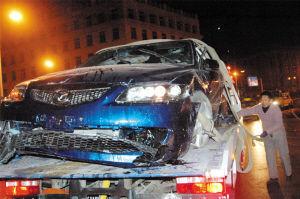 车祸后崔鹏的马自达6高清图片