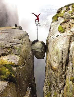 www巴巴人体艺术_悬崖,瀑布,雪山,热气球,到处都是他展现平衡艺术的场地.