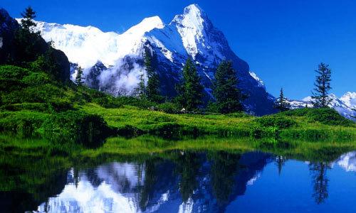 沿着松林密布的山间小径,每天徒步行走8-12英里,累了就在山泉中泡泡脚