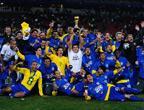 [组图]巴西庆祝联合会杯第三冠 卢西奥高举金杯