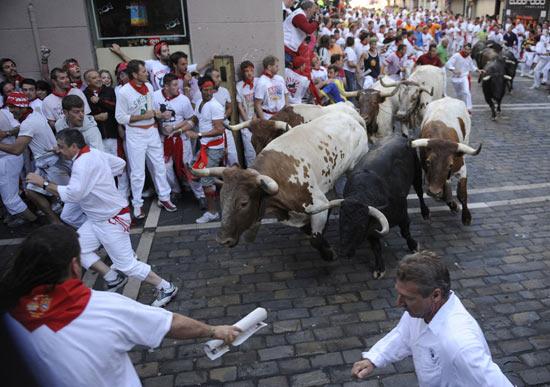 组图西班牙奔牛节美女狂欢
