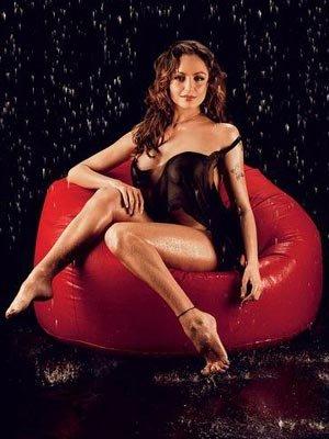 超清裸体美女壁纸-俄花游美女拍全裸写真 雨中展现好身材