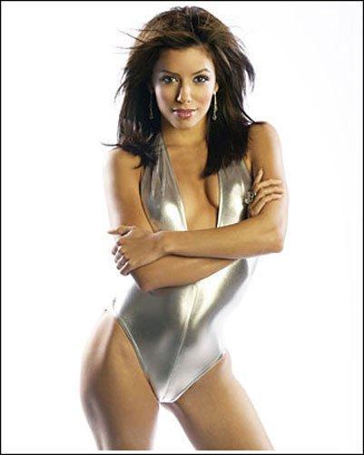 伊娃/银色泳衣在镁光灯的映照下,散发出光芒令伊娃更加引人瞩目。那...