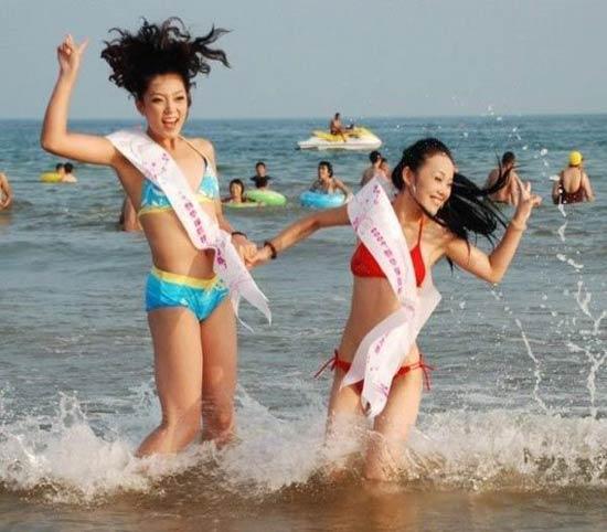青岛沙滩举行冲浪选美 比基尼美女激情四射(组; 青岛海滩举行选美大赛