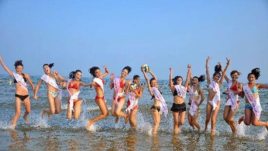 组图青岛沙滩冲浪选美