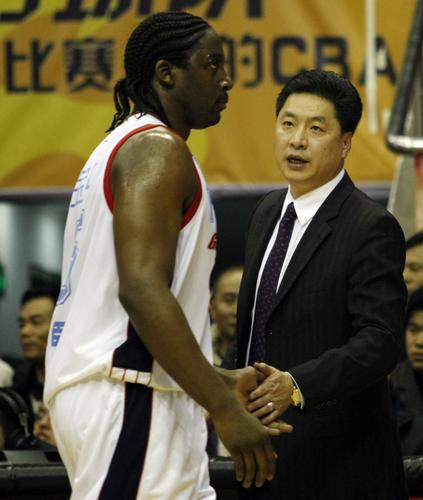 图文 广东队员庆祝总决赛开门红 积臣坚定信念
