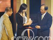张宁获颁推广大使证书和印章