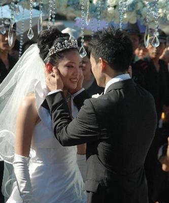 杨威杨云正式完婚 新人与伴娘伴郎合影