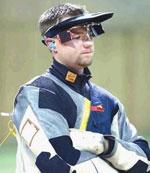 04年雅典奥运会男子步枪三姿决赛,遥遥领先的名将马修·埃蒙斯最后一枪打到了别人的靶子上,把金牌让给了中国老将贾占波。08年北京奥运会,埃蒙斯没打错靶,但最后一枪却只打出了4.4环,再次把金牌让出。