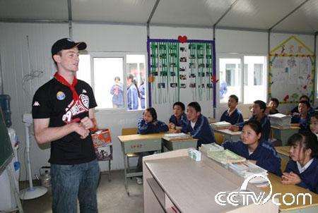 外国留学生志愿者给孩子们上课