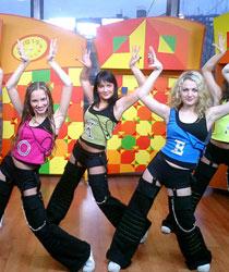 """享誉世界的""""红狐狸""""。<br>所有队员都是专业的体操运动员、芭蕾舞演员、体育舞蹈选手出身。队员平均身高1.75米,身体柔韧,面孔迷人,舞姿优美。<br>每位""""红狐狸""""成员要了解至少两个国家的相关文化。"""