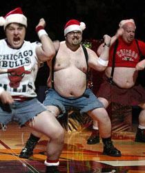 """2003-04赛季,NBA公牛队精心打造的男子啦啦队。<br>挑选""""斗牛士""""的原则是:身材越差越好,跳舞技能越糟糕越好。<br> 所有候选者必须具备""""四高"""",即演出训练能量高,工作热情高,对公牛队倾注的自豪感高,腰带高——肚子越大越好、身体越胖越好。"""