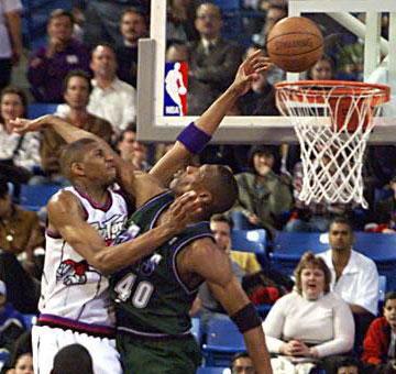 最早的麦迪,在刚进入NBA时是在猛龙队的,那时的他身材消瘦,但是已经有了几分霸气